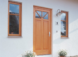 Haustür aus Holz mit Sprossen und Glas von wfb