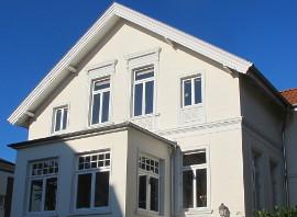 Stadthaus mit weißen Holzfenstern mit Oberlicht und Sprossen von wfb