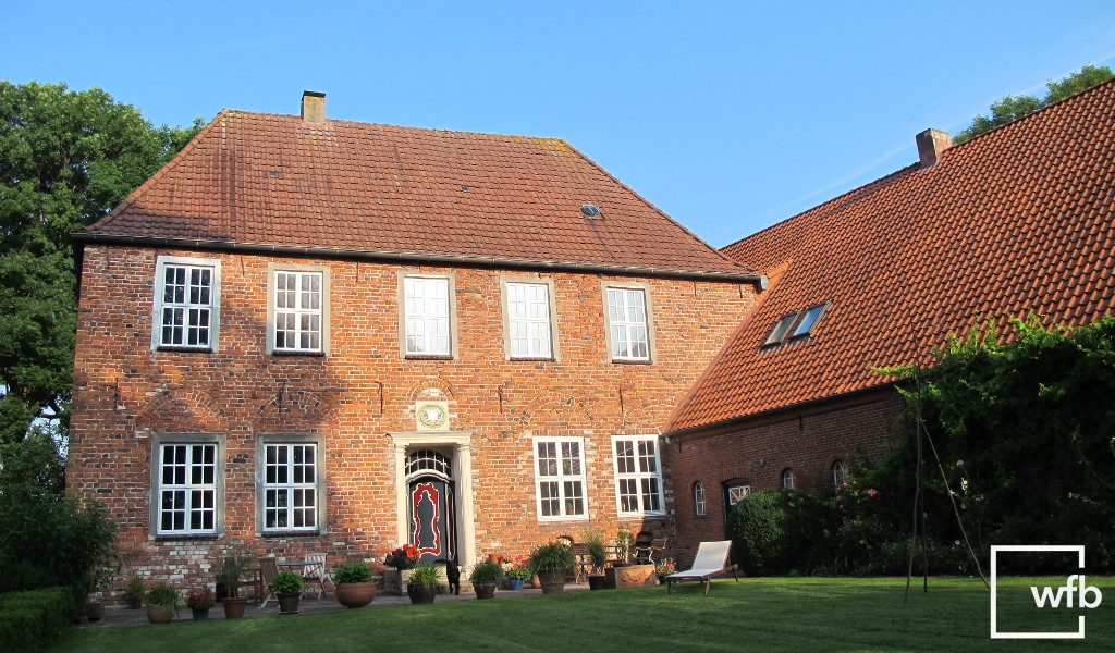 Gutshaus mit weißen Sprossenfenstern aus Holz von wfb